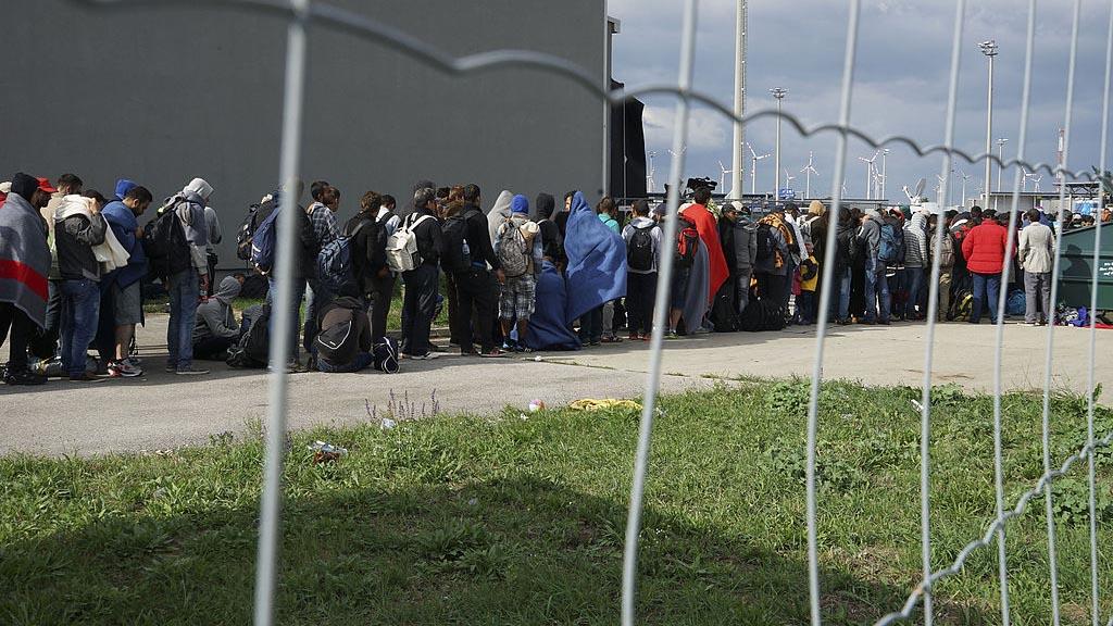 Kö av syriska flyktingar på gränsen mellan Ungern och Österrike. Foto: Mstyslav Chernov [CC BY-SA 4.0 (https://creativecommons.org/licenses/by-sa/4.0)], from Wikimedia Commons