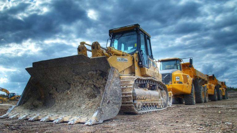 Stora maskiner vid en gruva.