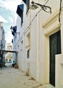 Ingången till skyddscentret på en gata i Tunis