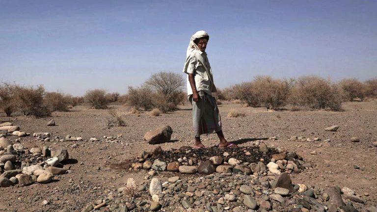 Said Mohammed står vid sin sons grav i Jemen.