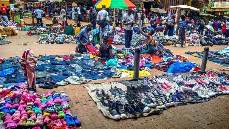 Klädmarknad i Kampala i Uganda.