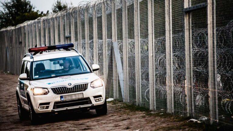 Polisbil kontrollerar gränsen mellan Ungen och Serbien.