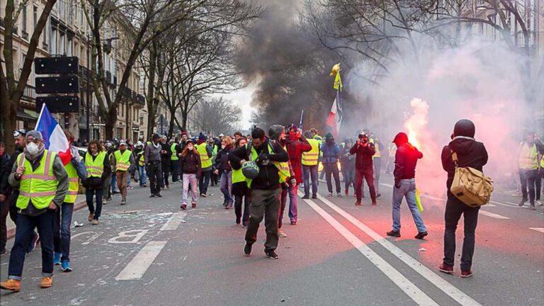 """""""De gula västarna"""" demonstrerar i Frankrike."""