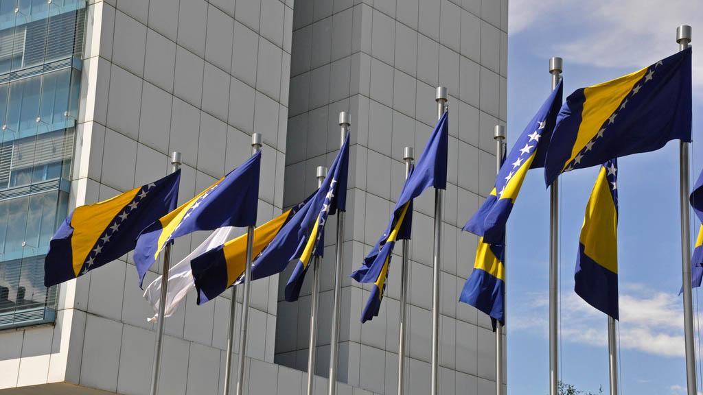 Flaggorna vajar utanför parlamentet i Bosnien & Hercegovina.