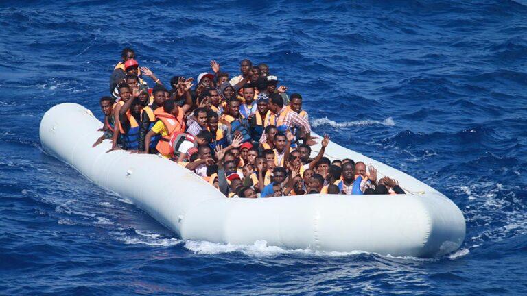 Migranter som försöker korsa Medelhavet i överfull flotte