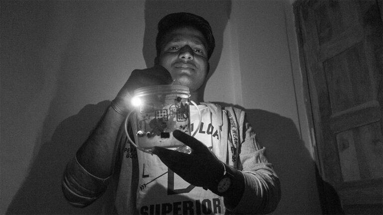 Harish med en lampa som han byggt själv.