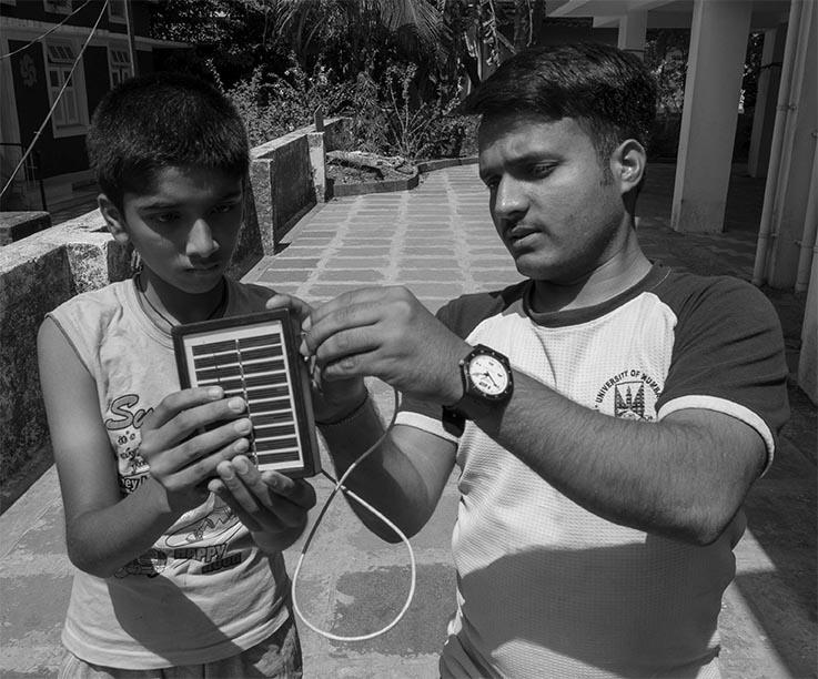 Harish visar upp solceller