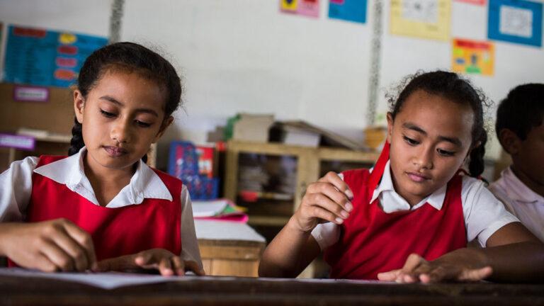 Unga studenter i Tonga