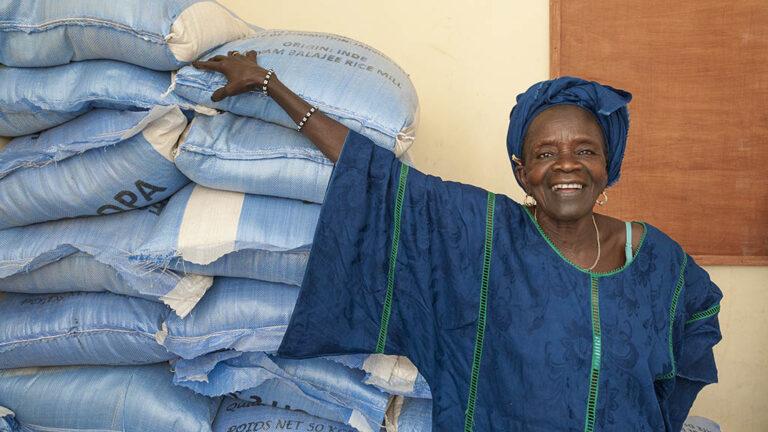 Utanför matbank i Senegal