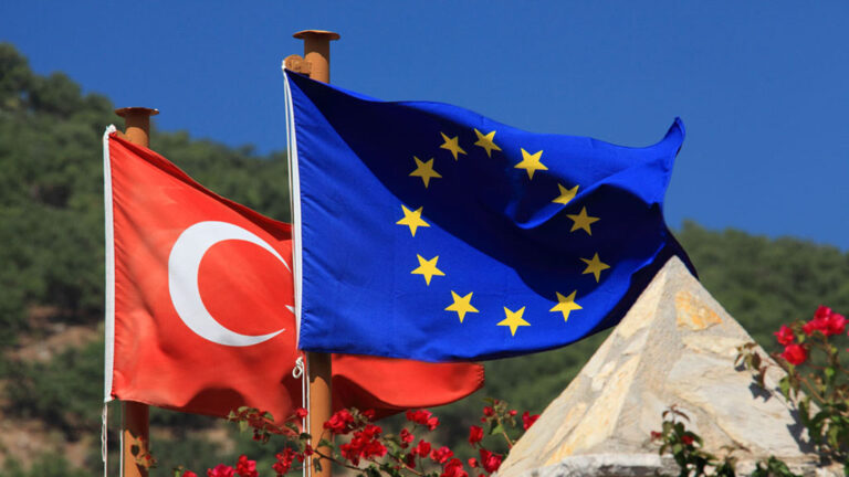 Turkiets och EU:s flaggor