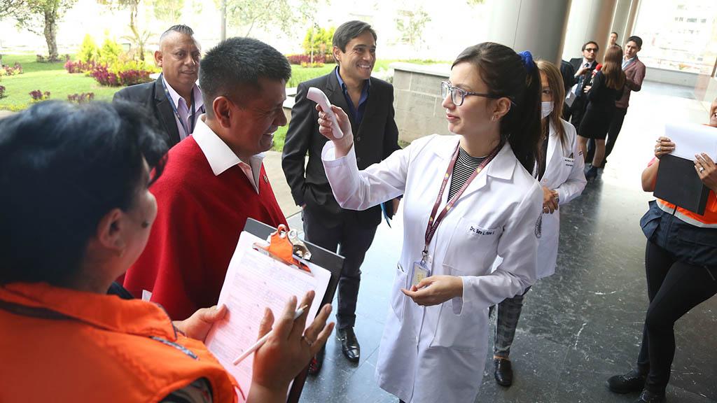 Läkare kontrollerar kroppstemperatur